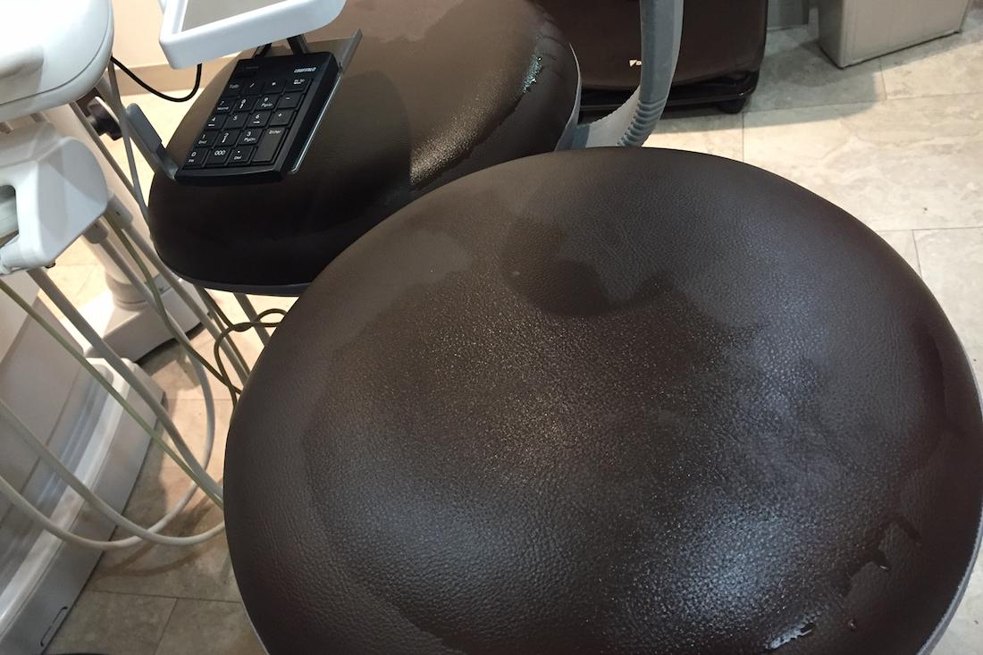 院内にある椅子は、毎日消毒しています。